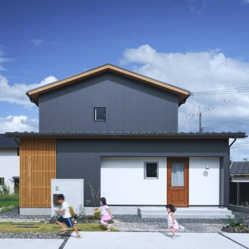 木の質感と土間がつくる自然を感じられる家